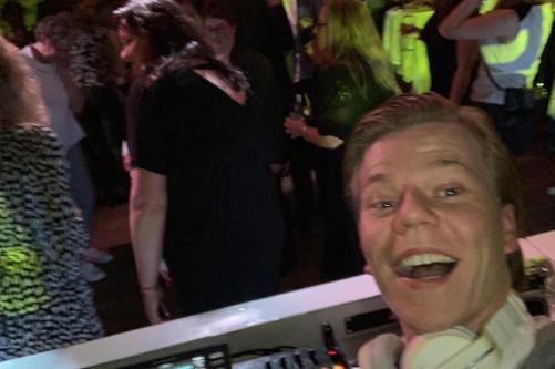 DJ Huib tijdens een studentenfeest in Gelderland