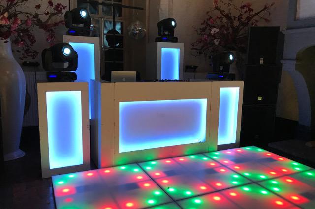Een passende DJ show voor het schoolfeest